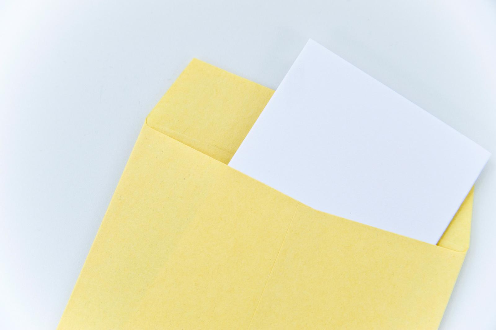 封筒から出でいる書類