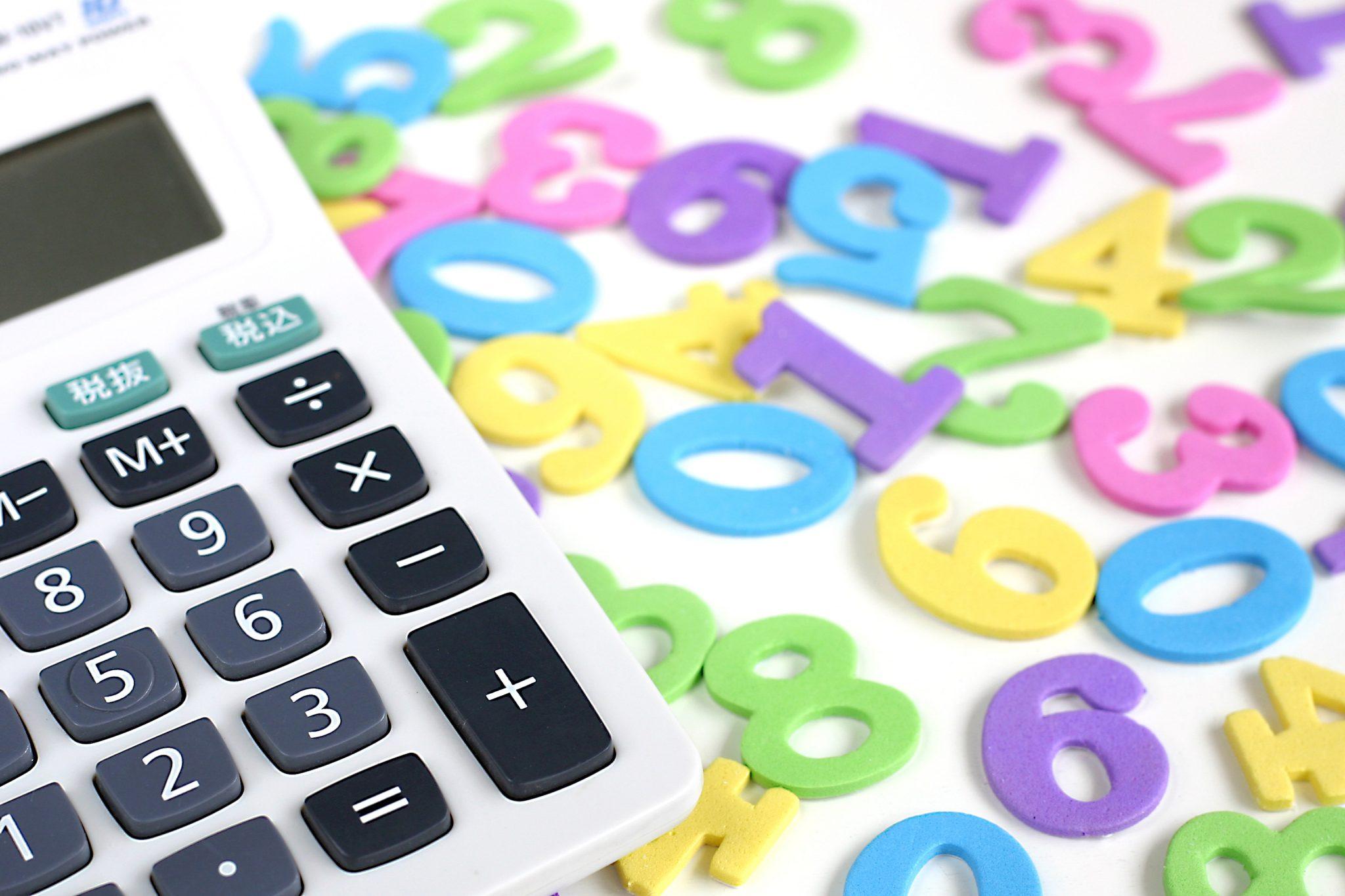 電卓と数字のオブジェ